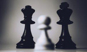 piezas en tablero de ajedrez